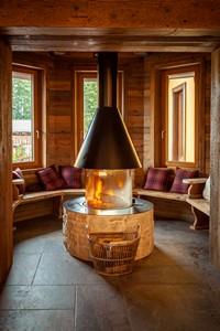 Il camino del bar è un invito a sedersi e rilassarsi sorseggiando una bevanda calda