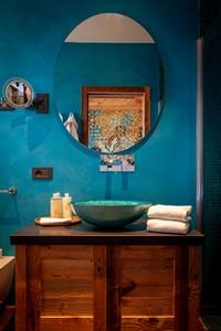 Lo sfarzoso bagno della Camera Doppia Superior con set di cortesia, asciugamani e doppio specchio