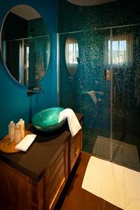 Il moderno bagno con ampio box doccia della Camera Doppia Superior