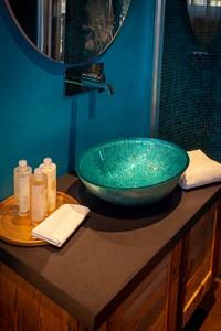 Il bagno della Camera Doppia Superior, caratterizzato da arredi funzionali e di design