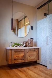 Angolo con grande specchio e mobile sospeso in legno nella camera Junior Suite Deluxe