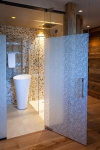 Il bagno con doccia della Junior Suite Deluxe, dal design moderno e ricercato