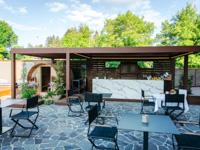 L'area bar esterna con tavolini e sauna