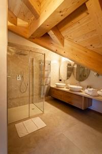 Il lussuoso bagno della camera Penthouse, con ampio box doccia e doppio lavandino
