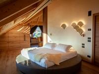 Comfort e design si uniscono nel comodo letto king size con base rotonda della Penthouse