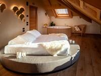 L'elegante camera della Penthouse con comodo letto matrimoniale e vasca idromassaggio