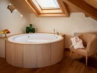 L'esclusiva vasca idromassaggio all'interno della camera da letto della Penthouse