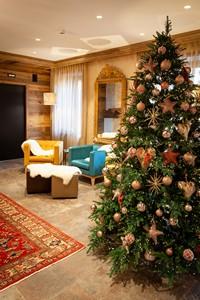 Decorazioni natalizie impreziosiscono la hall dell'hotel durante le feste