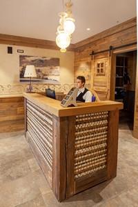 La reception dell'hotel, sempre pronta a dare il benvenuto agli ospiti