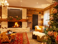 Il camino acceso nella hall: una calda coccola che avvolge gli ospiti in un'atmosfera suggestiva