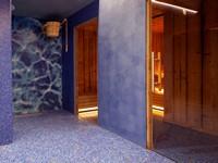 La zona sauna con pavimenti in mosaico e bucket shower per una doccia rinfrescante