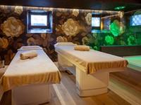 L'area massaggi della Spa con raffinate decorazioni e arredi in legno