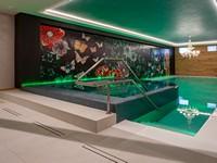 La moderna piscina con idromassaggio dello Sporting