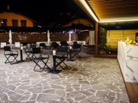 Zona aperitivi all'aperto dell'Asiago Sporting Hotel