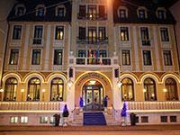 Facciata dell'hotel di notte