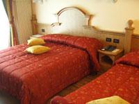 Una camera da letto dell'Hotel Miramonti