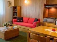 soggiorno con divano letto e angolo cottura
