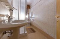 Il bagno con doccia della camera Arnica è ampio ed elegante