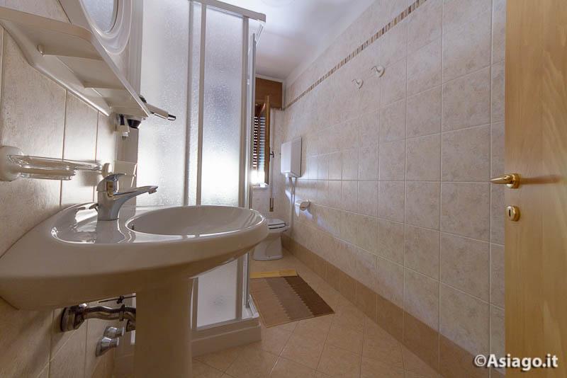 Tresche conca foto locanda stella alpina tre stelle - Foto bagni con doccia ...