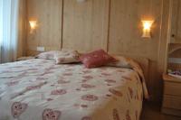 La camera Erica ti avvolge con il calore tipico degli arredi di montagna