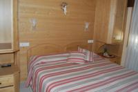 Arredata in legno, la camera Genziana è perfetta per le tue vacanze