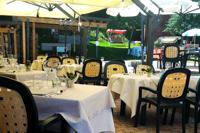 Tavoli pronti all'esterno per un pranzo all'aperto