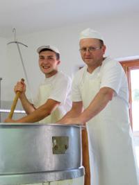 Produzione artigianale formaggio Malga Camporossignolo