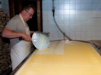 Fase di lavorazione del formaggio