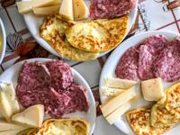 Piatto con soppressa, formaggi e tosella