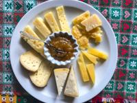 Piatto di formaggi e confettura