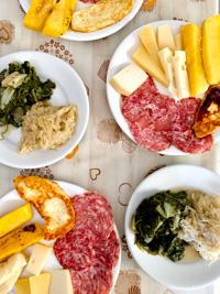 Piatto di soppressa e formaggi con contorni