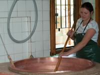 Sara impegnata nella lavorazione del formaggio