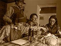 famiglia a tavola in malga