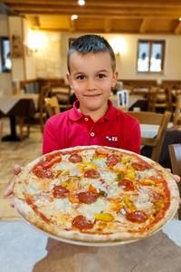 lorenzo con pizza lorenzo portrait