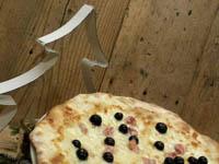 pizza bianca con salsiccia e olive