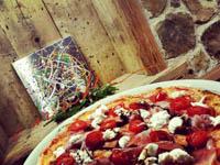 quadro action painting e pizza con crudo bufala e pomodorini