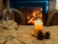 tavolo ristorante con decorazioni e candele