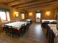 Capiente e accogliente sala da pranzo del Rifugio Campolongo