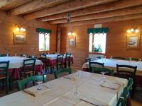 Ampia sala da pranzo con muri e soffitto in legno