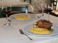 Stinco di maiale al forno con polenta al Rifugio Campolongo