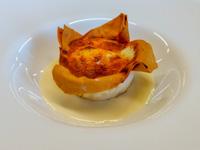 Tortino rustico con porro, porcini e stracciata d'uovo su crema ai formaggi