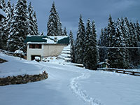 Esterno innevato rifugio bar alpino