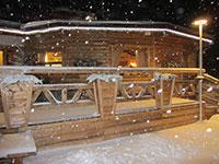 esterno rifugio val formica nevicata