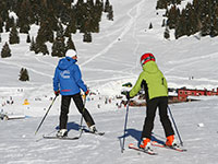 Maestro sci con bambino pressi val formica