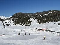panoramica con bambino che scia sulle piste val formica